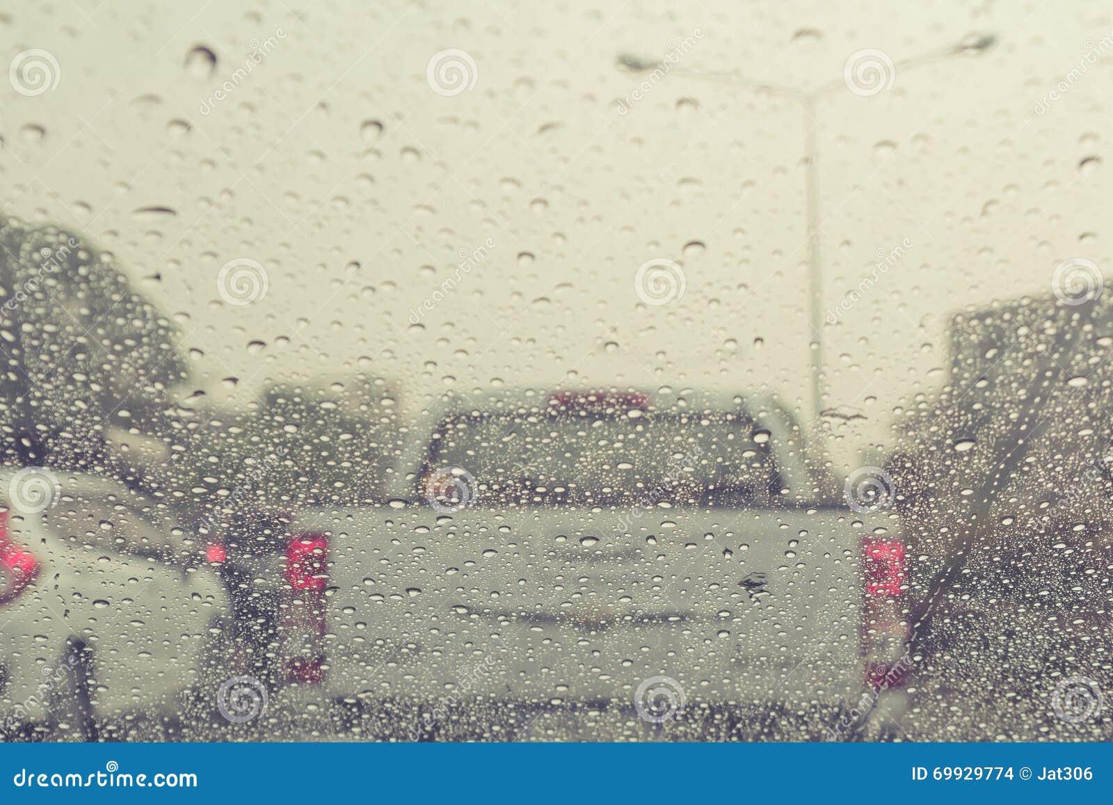 baisses de pluie sur la voiture de pare brise photo stock image du v hicule closeup 69929774. Black Bedroom Furniture Sets. Home Design Ideas