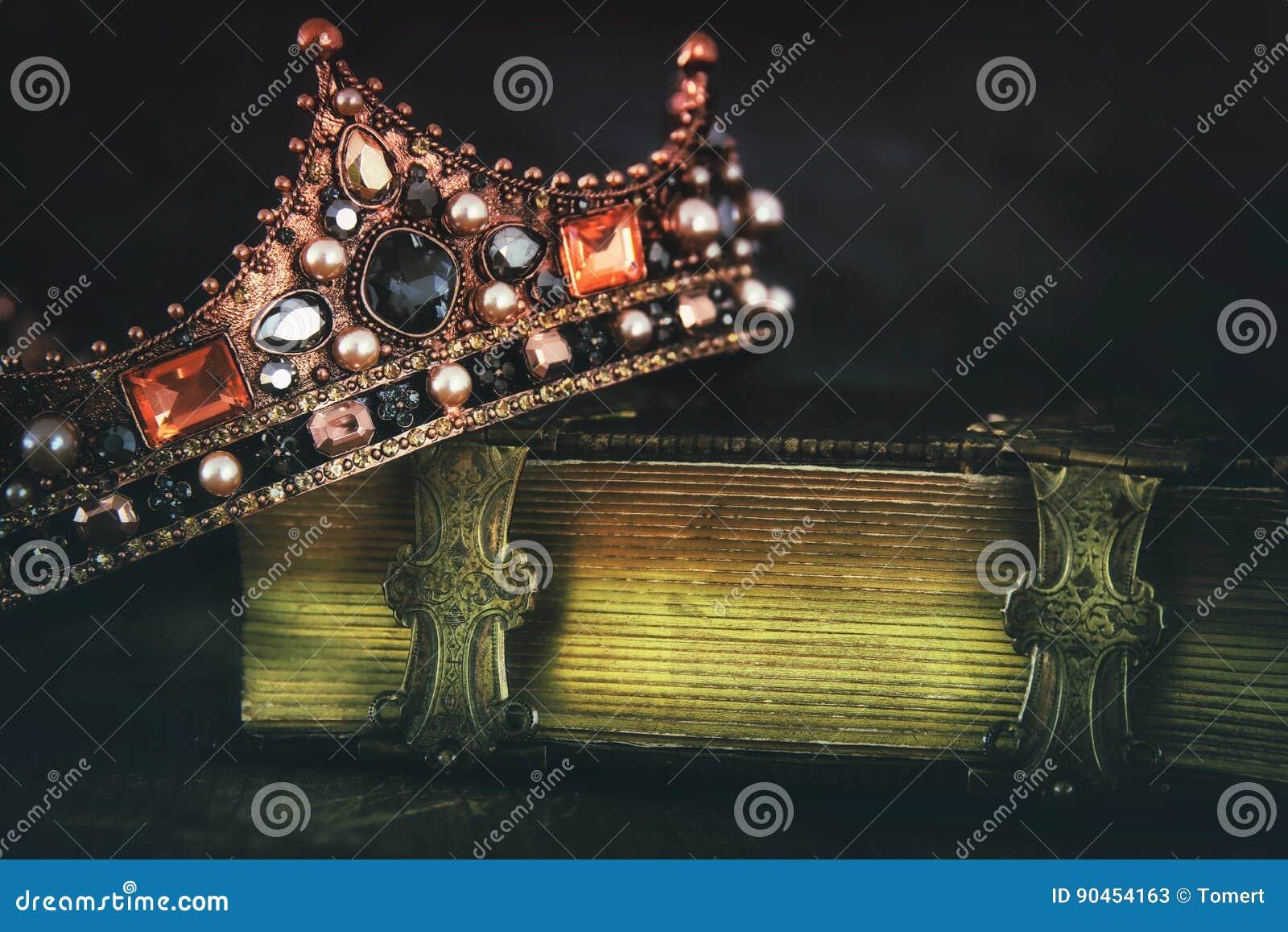 Baixa imagem chave da rainha/coroa bonitas do rei no livro velho