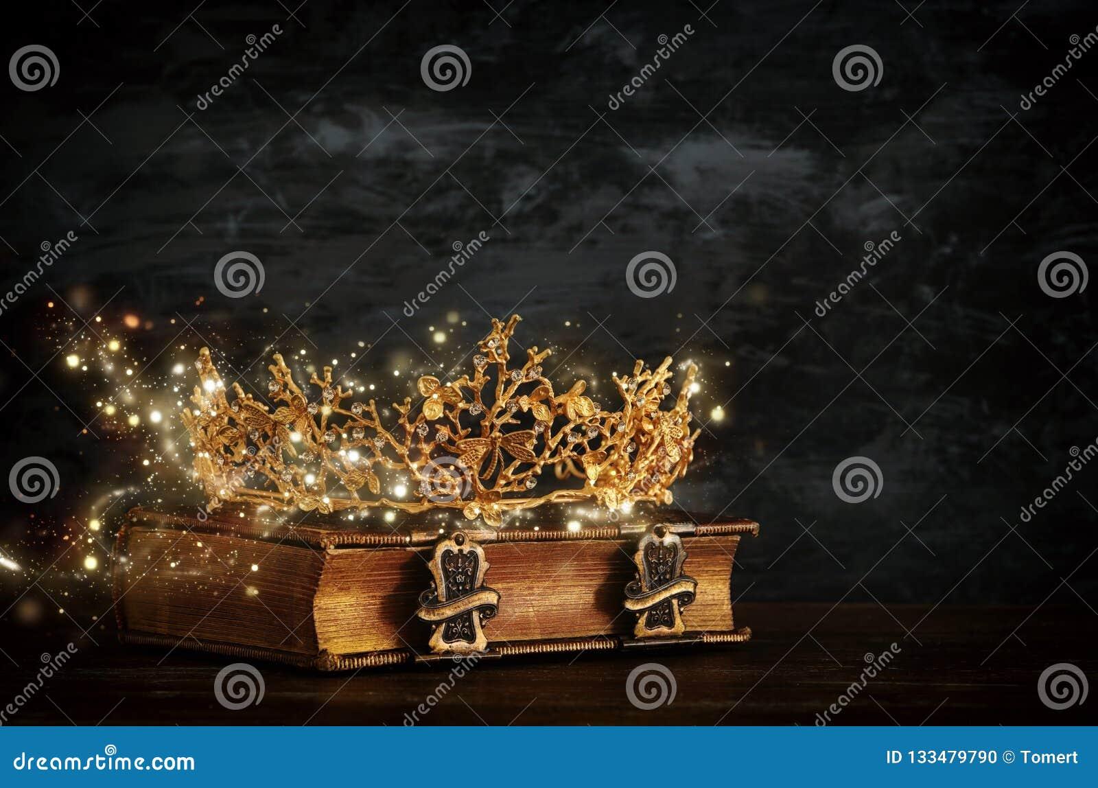 Baixa imagem chave da rainha/coroa bonitas do rei no livro velho Vintage filtrado período medieval da fantasia