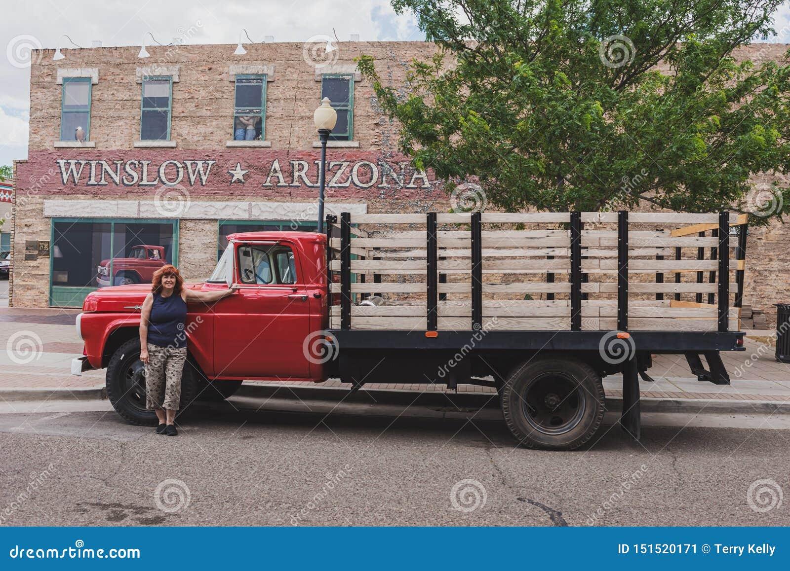 Baixio vermelho do leito de Winslow o Arizona com mulher