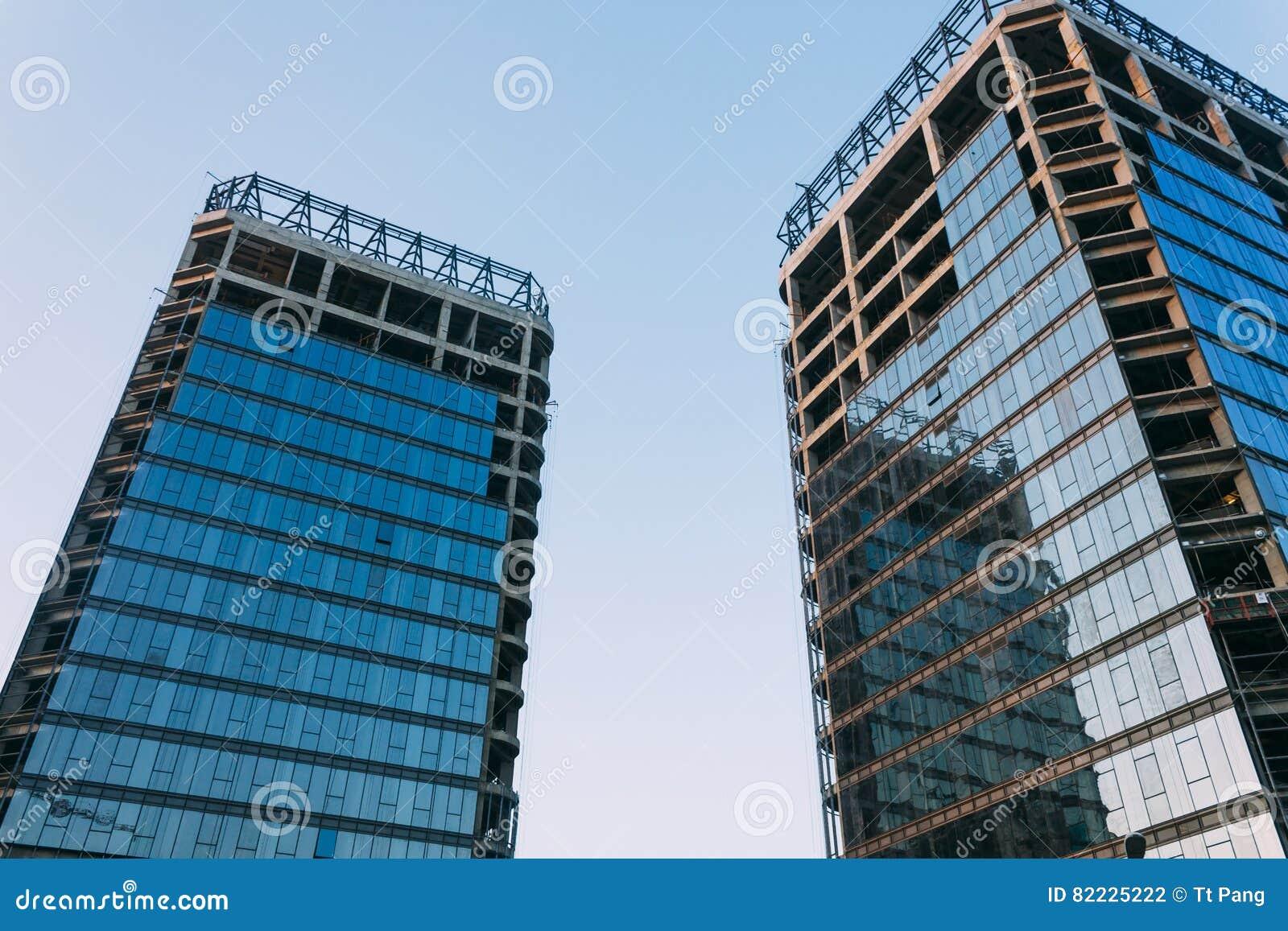 Baixo ângulo da construção inacabado em um fundo do céu azul em