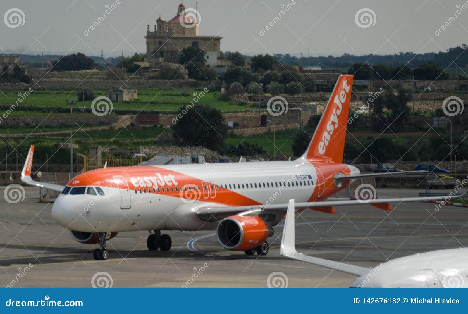 Baixo avião de passageiros custado jato fácil estacionado no aeroporto internacional de Malta