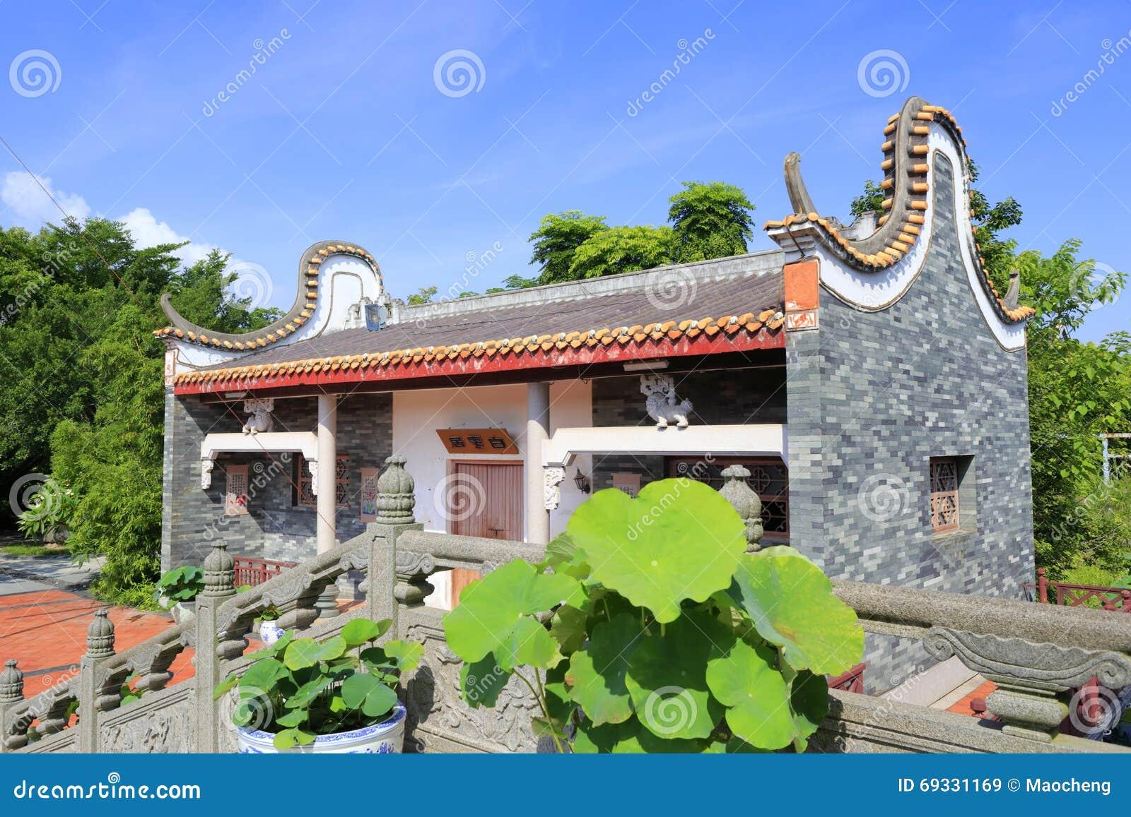 baiyunju classique chinois de maison pr s du pont en pierre image stock ditorial image 69331169. Black Bedroom Furniture Sets. Home Design Ideas