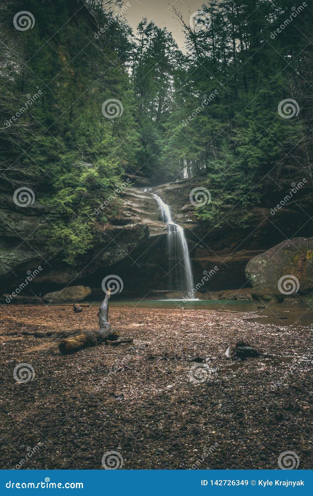 Baje las caídas en la cueva del ` s del viejo hombre