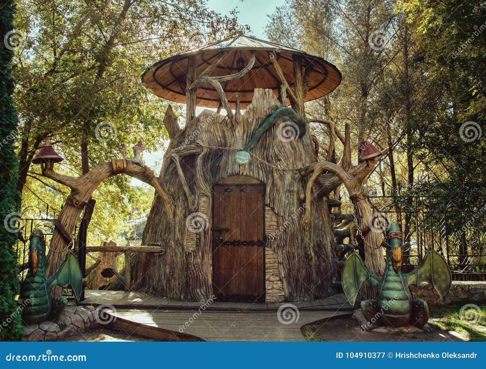 Bajka dom w parku z smokami