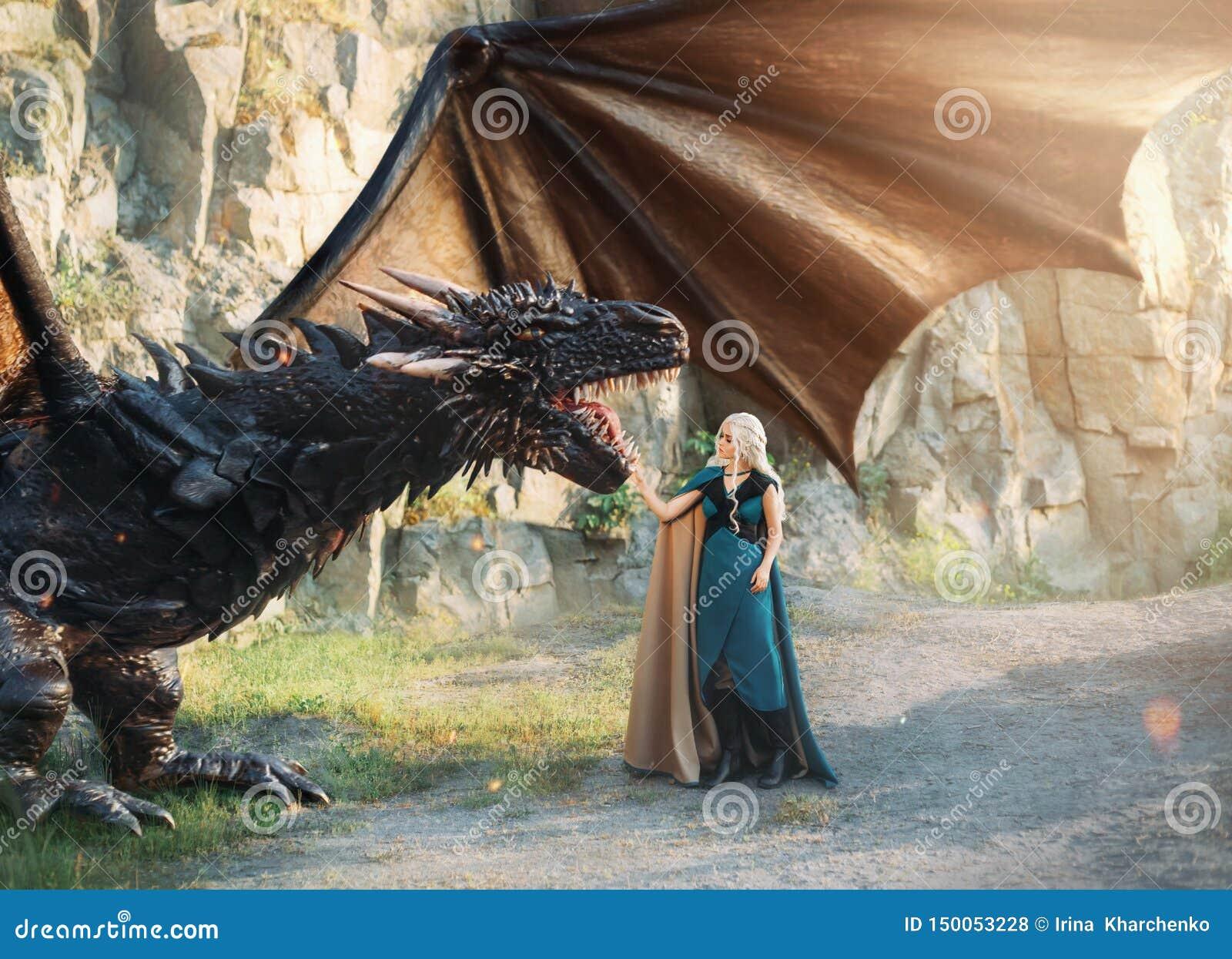 Bajki dziewczyna z białym włosy z ciepłymi błękitów ubraniami stoi blisko skał, miły elf r w górę silnego potężnego wspaniałego c
