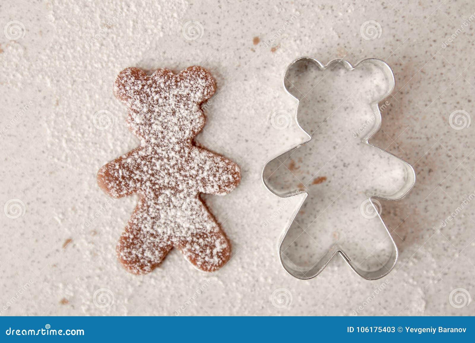 Bak de koekjes van de Kerstmispeperkoek, die in keuken koken