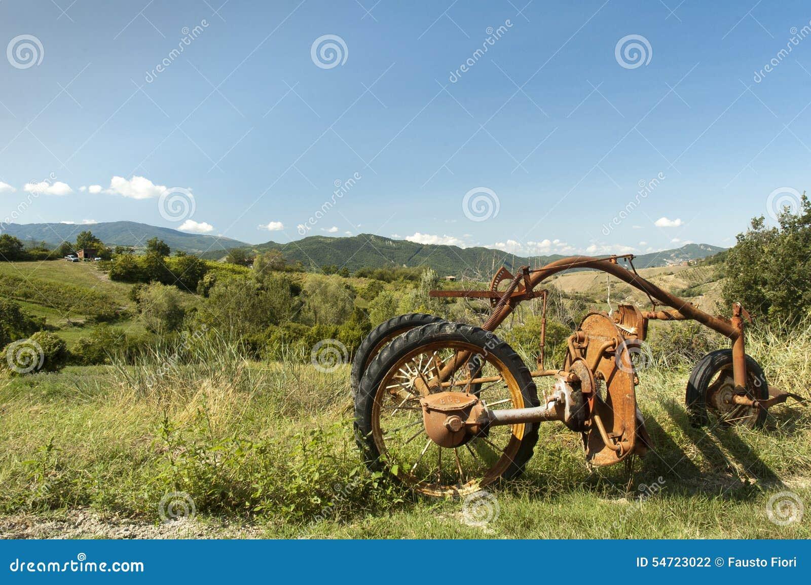 Bak den gammala utrustninglantgården plöja att dra traktortrailen