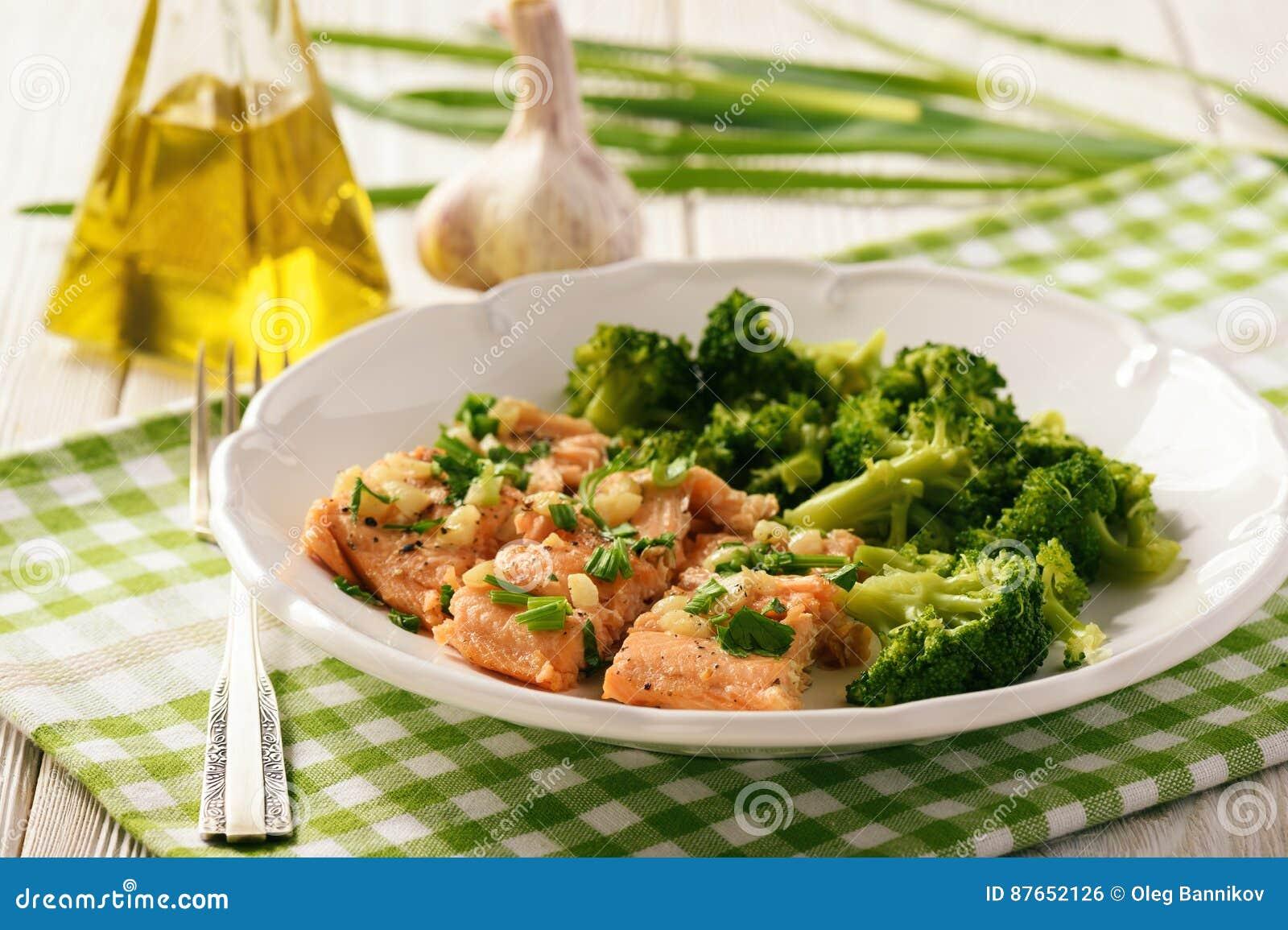 Bakad öring som tjänas som med kokt broccoli