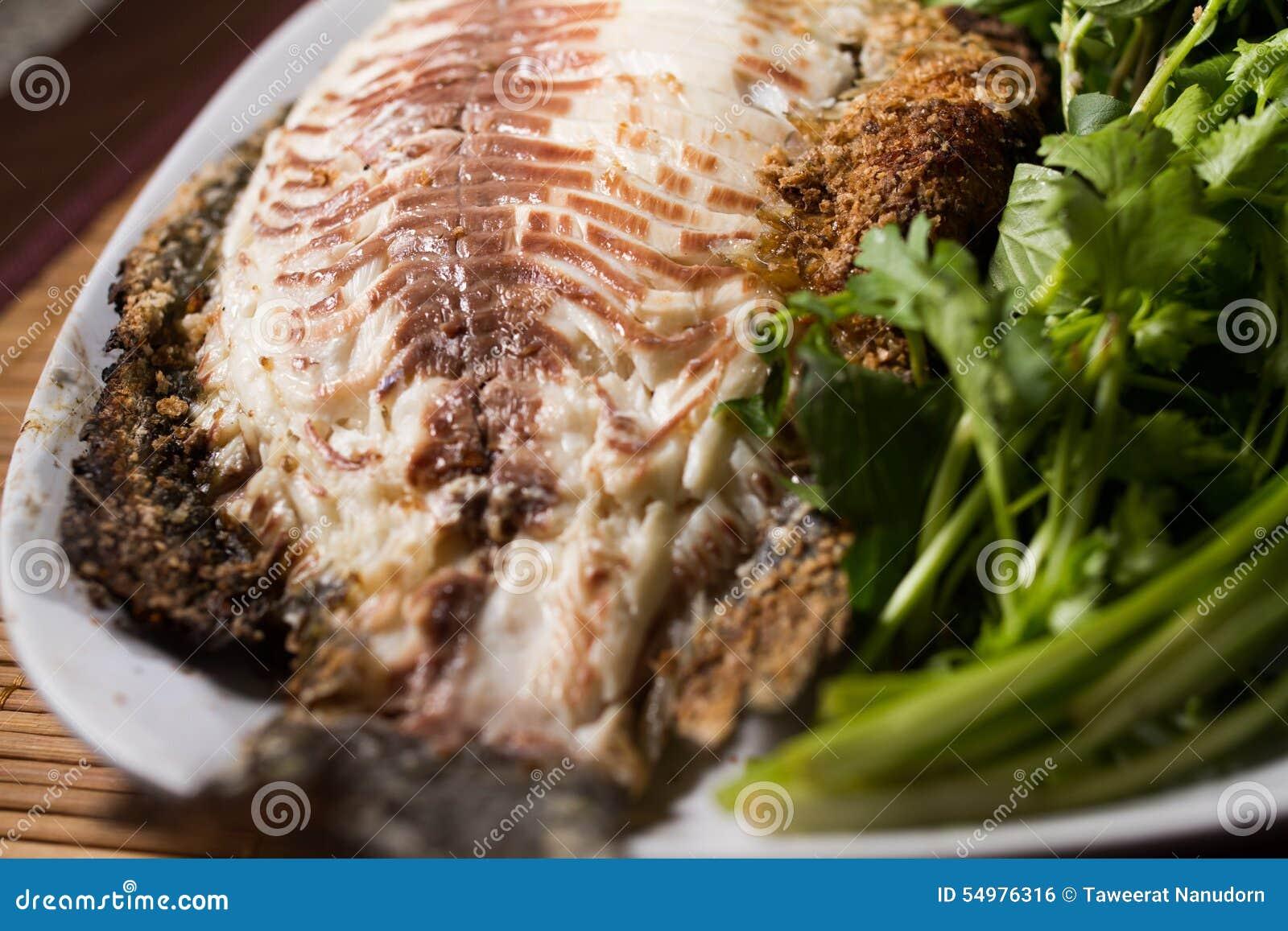 Bakad fisk med havs- sås