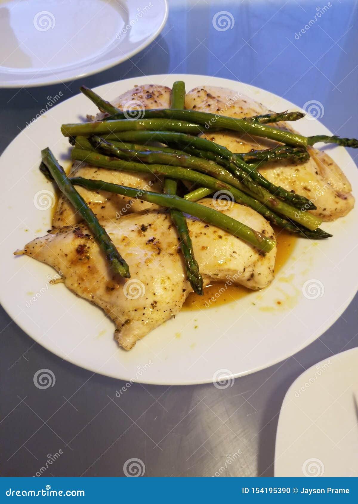 Bakad höna med smör, saltar, peppar och sparris