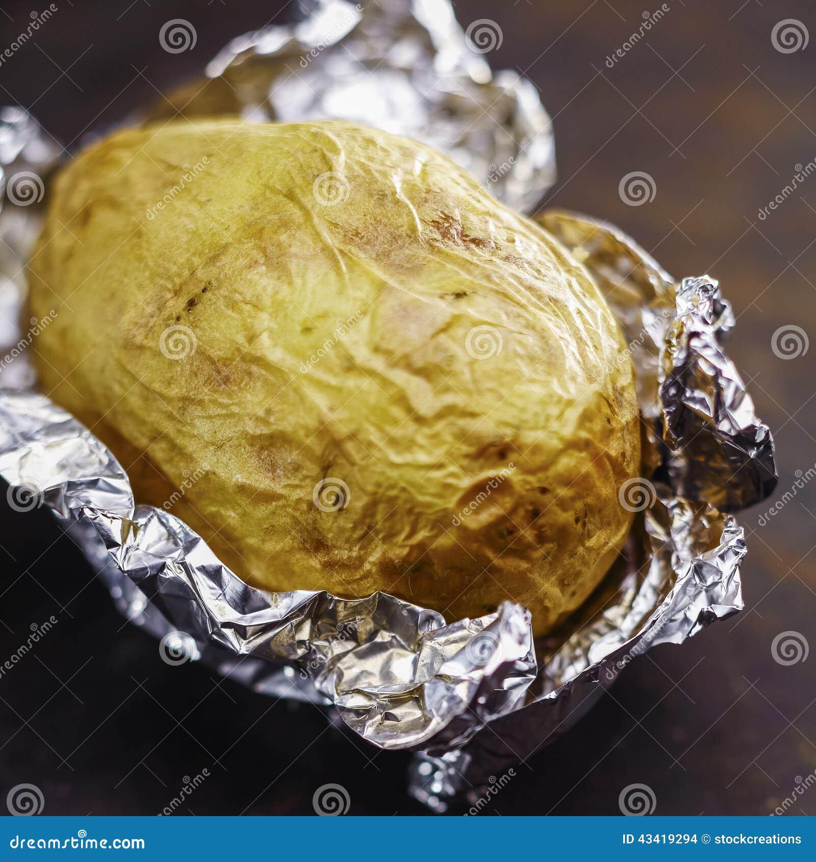Bakad potatis i aluminium folie arkivfoto bild 43419294 - Pomme de terre au four papier alu ...
