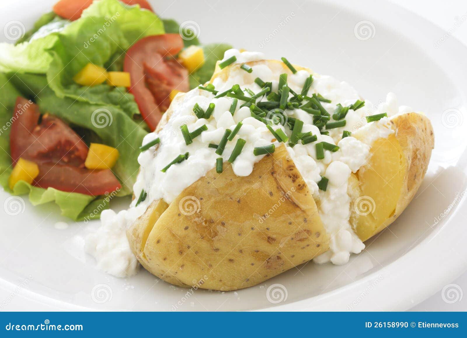 Bakad potatis med keso och gräslökar