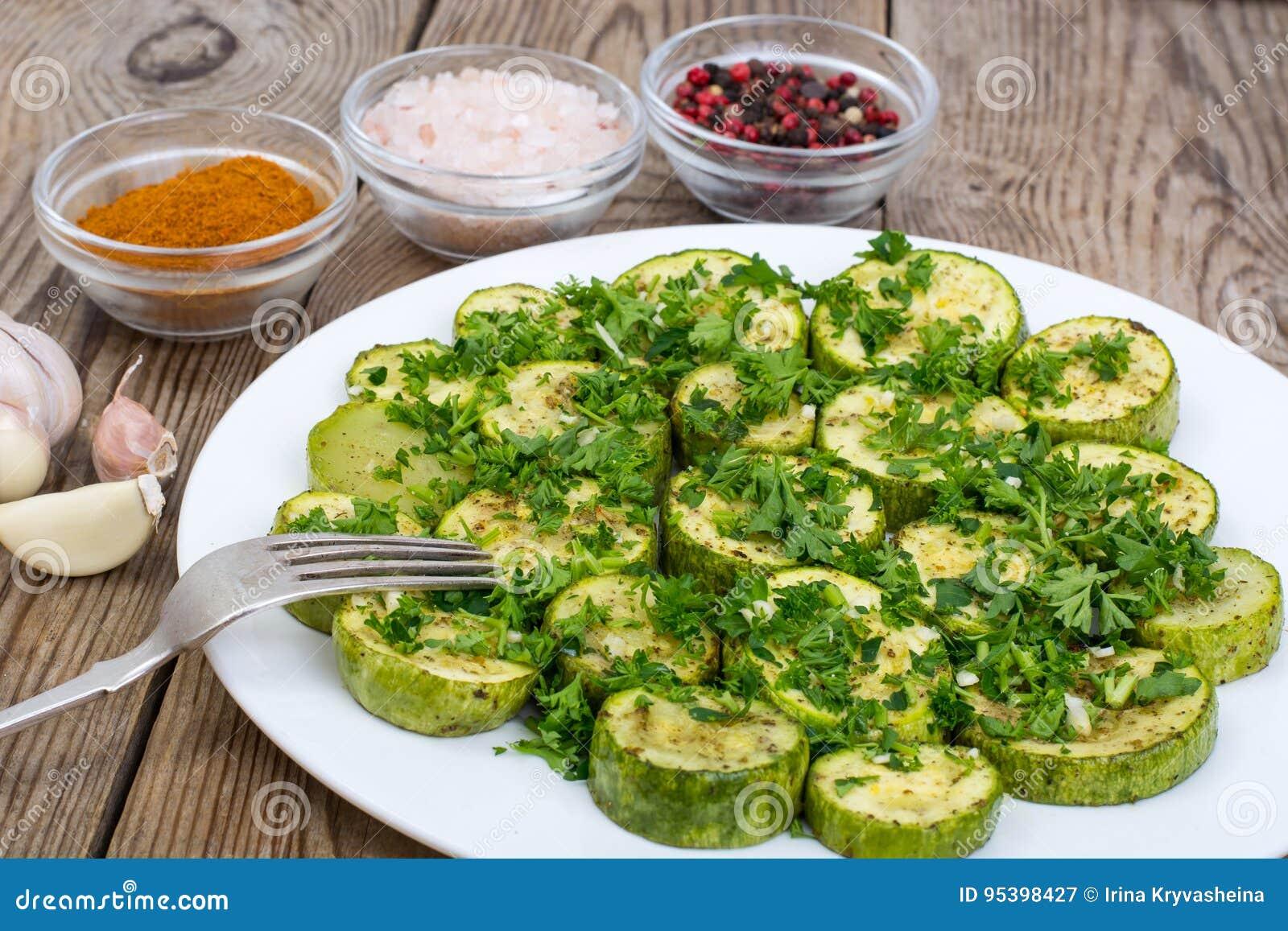 Bakade grönsaker: zucchini aubergine på plattan på trätabellen V
