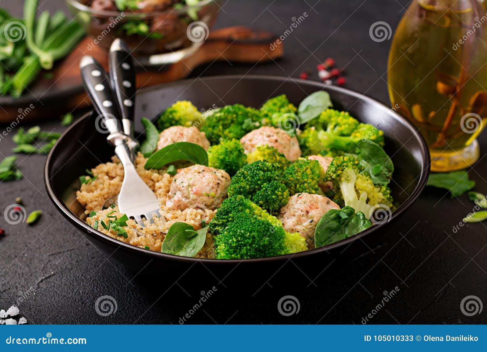 Bakade köttbullar av den fega filén med garnering med quinoaen och kokaad broccoli