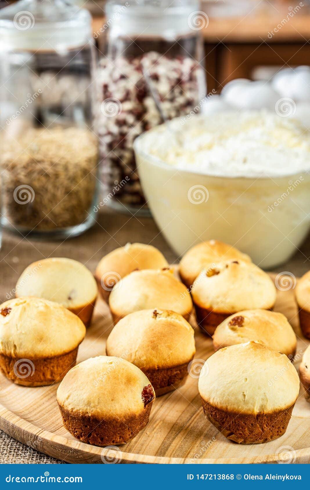 Bakade muffin p? en tr?platta