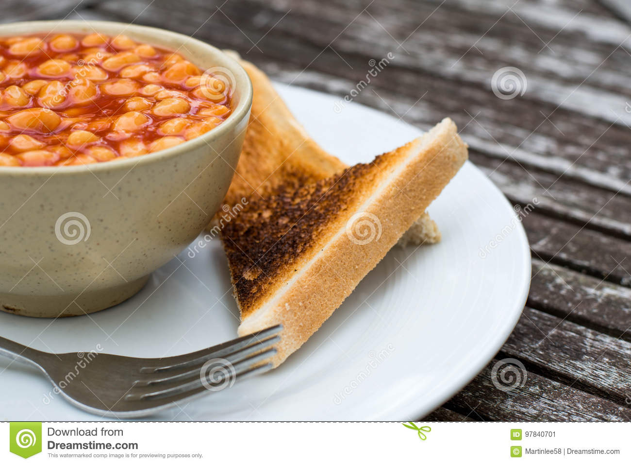 Baked Beans in Tomato Sauce With Dry Toast