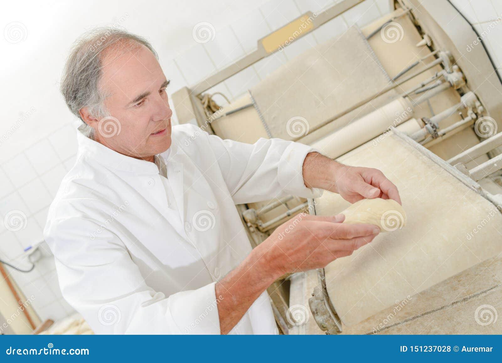 Baker που προετοιμάζει το ψωμί
