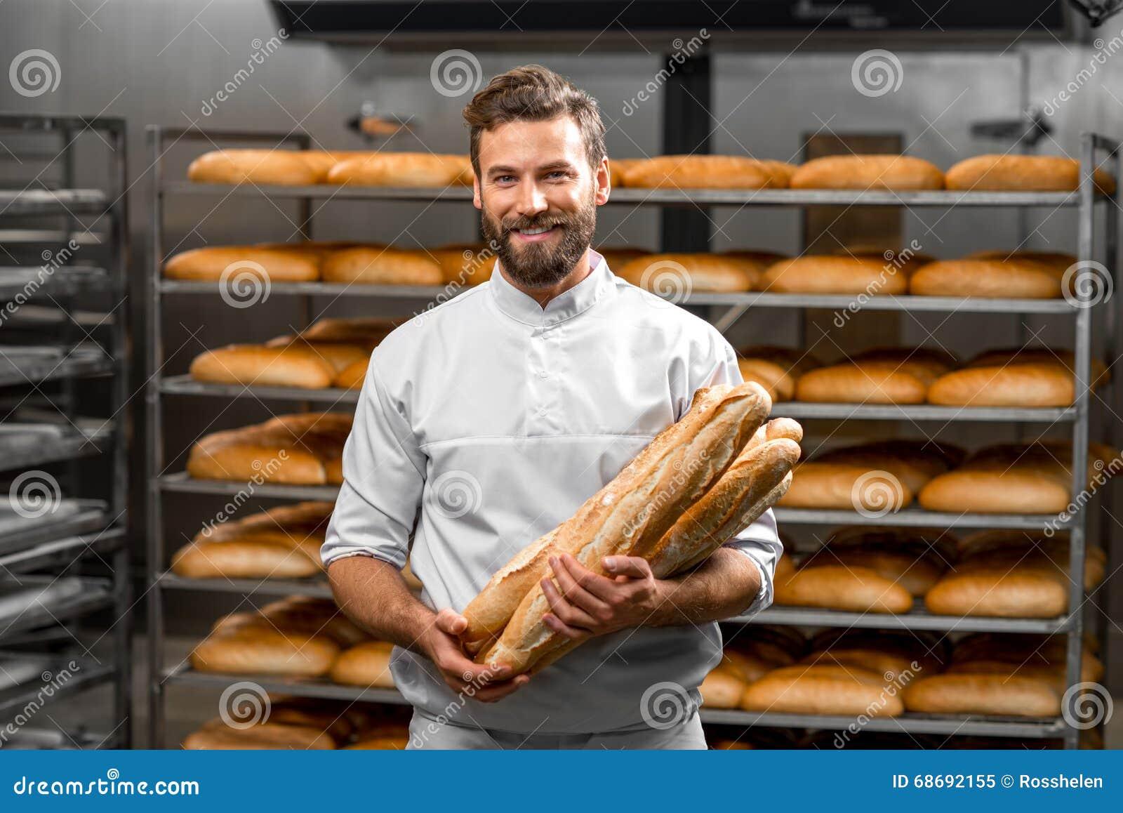 Baker holdingsbaguettes bij de productie