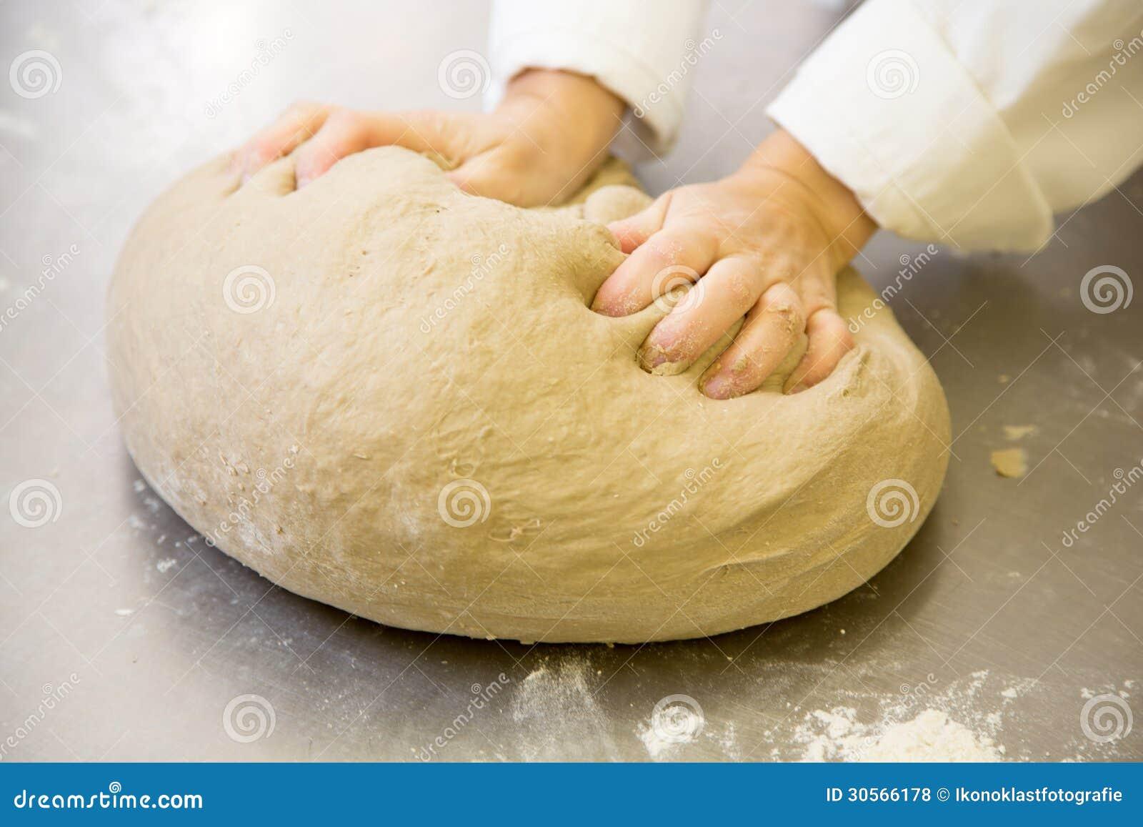 baker malaxant la p te de pain frais dans la boulangerie photos libres de droits image 30566178. Black Bedroom Furniture Sets. Home Design Ideas