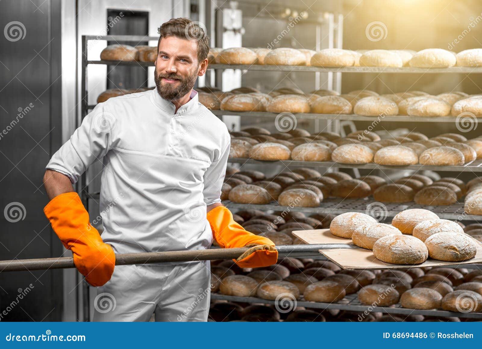 baker mettant avec des pains de pain de pelle la. Black Bedroom Furniture Sets. Home Design Ideas
