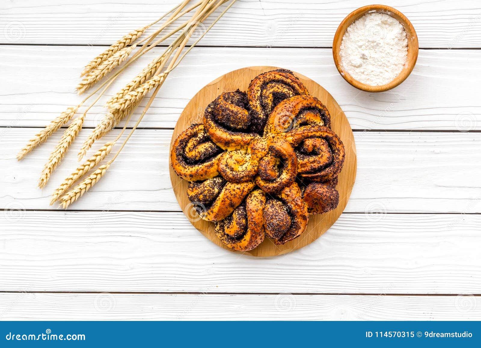Bakersfield Большое печенье с маком на белом деревянном взгляд сверху предпосылки