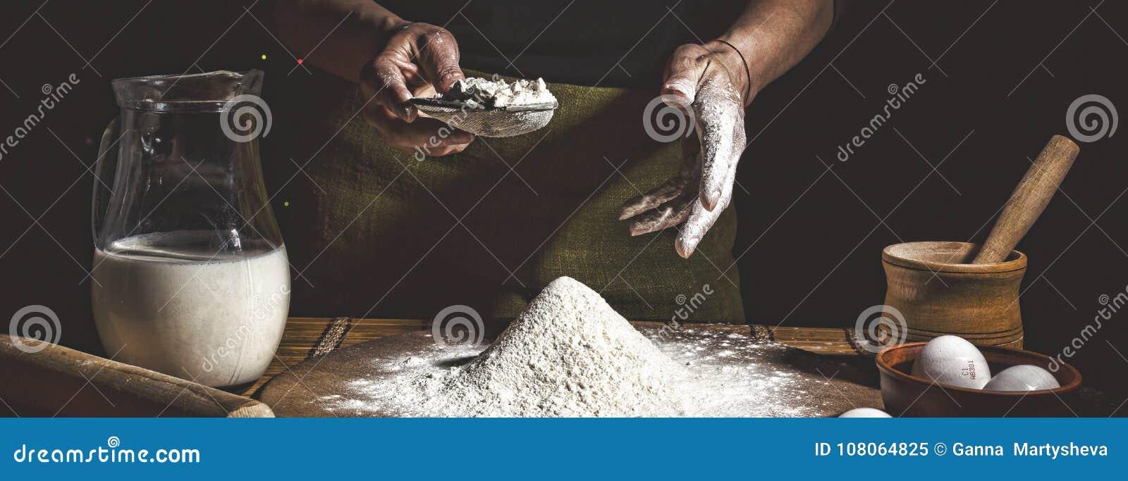 Bakersfield Укомплектуйте личным составом подготавливать хлеб, торт пасхи, хлеб пасхи или взаимн плюшки на деревянном столе в кон
