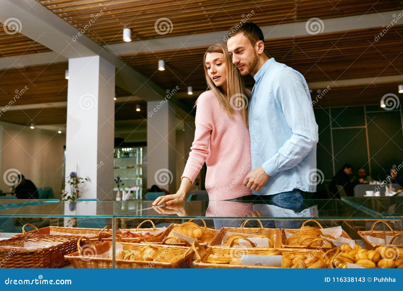 Bakersfield Человек и женщина в магазине печенья