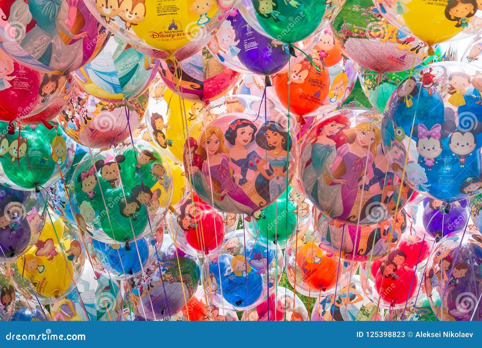 Bakgrund av ballonger med tecknad filmtecken Shanghai Disneyland är en berömd turist och en populär familjferiedestination in