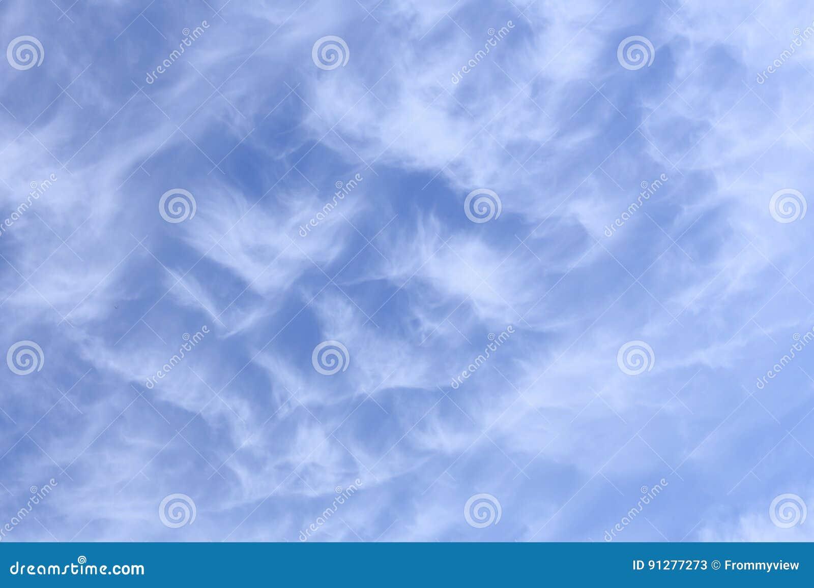 Bakgrund av cirrusmolnmolnet under blå himmel