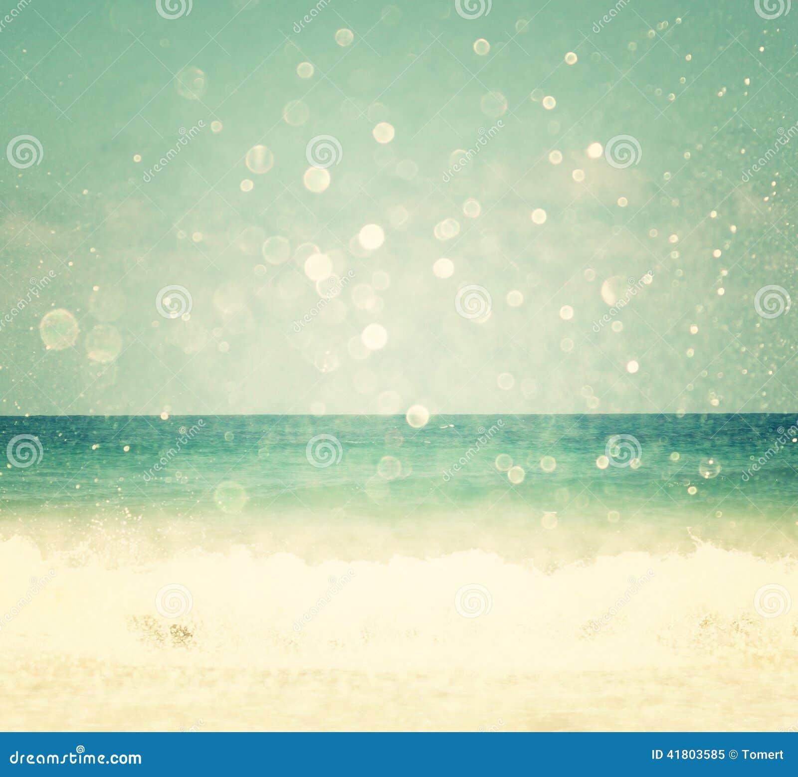 Bakgrund av den suddiga stranden och havet vinkar med bokehljus, tappningfilter
