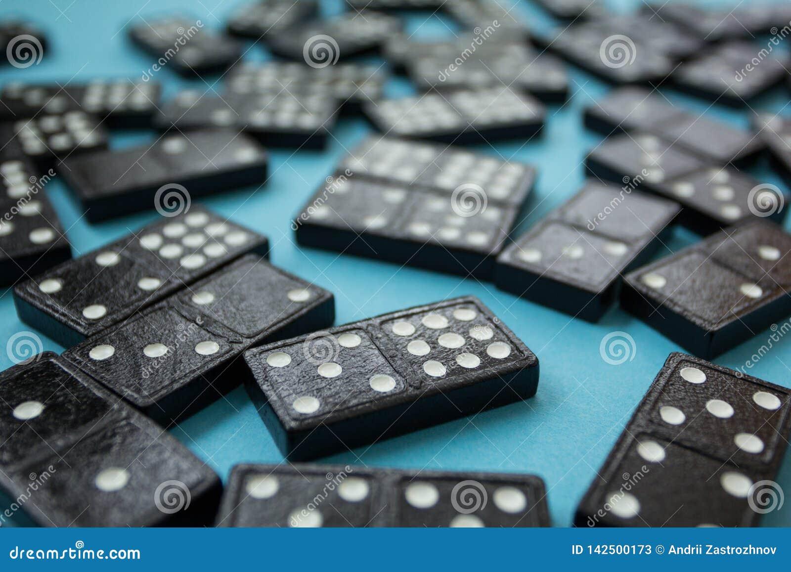 Bakgrund av desorganiserade dominobrickastycken över blått