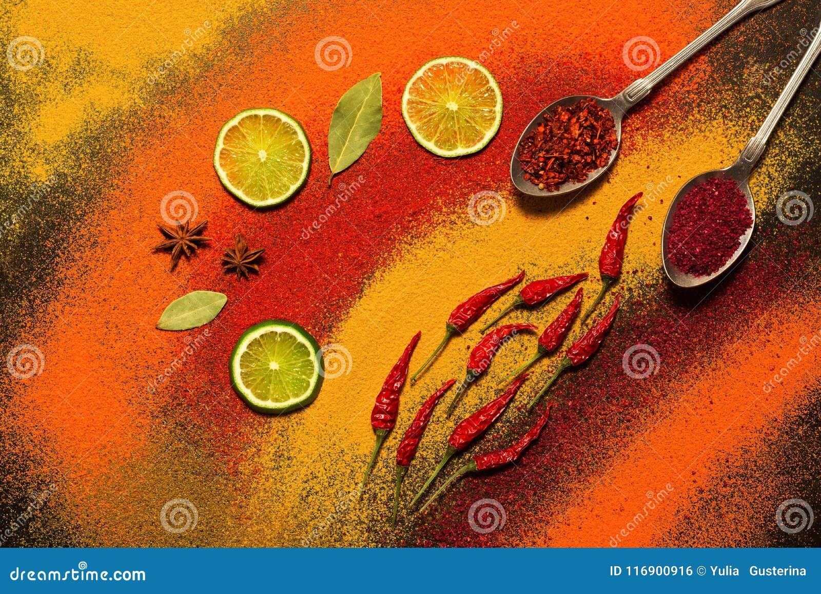 Bakgrund av olika kryddor, rött som är orange, guling Paprika gurkmeja, anis, lagerblad, chilipeppar, limefrukt, saffran Blandat