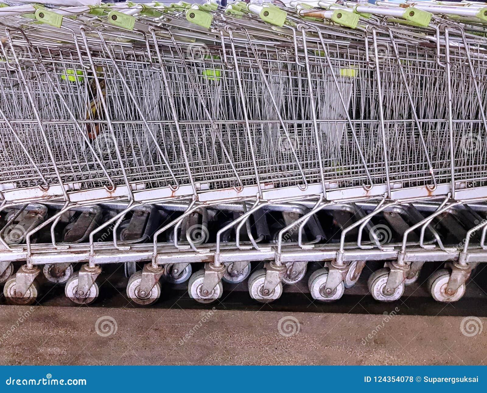 Bakgrund av parkerade shoppingvagnar på supermarket