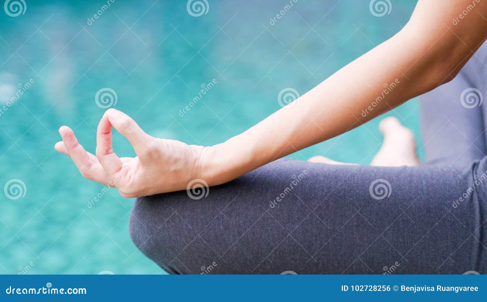 Bakgrund för blått vatten för fred för stillhet för yoga för Gyan mudrahand