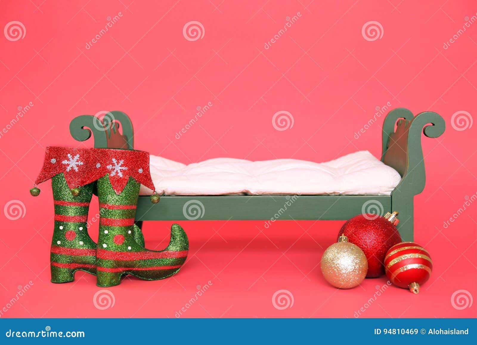 Bakgrund för Digitalt fotografi av grön tappningjul behandla som ett barn säng som isoleras på rött