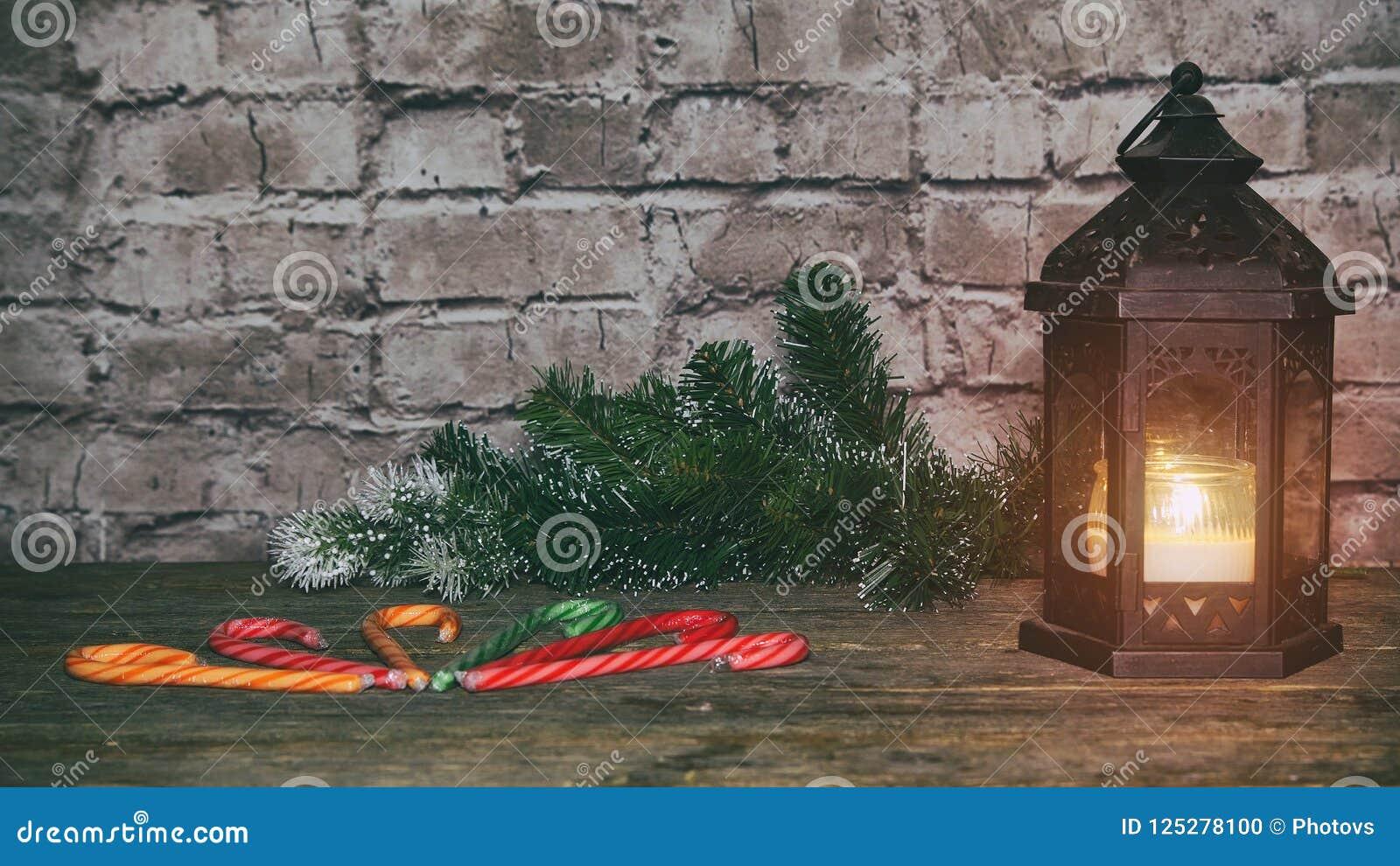 Bakgrund för ferie för nytt år för jul pepparkakakakor och tabell för granfilialträd