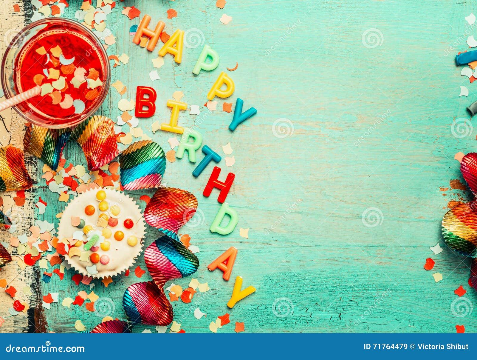 Bakgrund för lycklig födelsedag med bokstäver, röd garnering, kakan och drinkar, bästa sikt, ställe för text