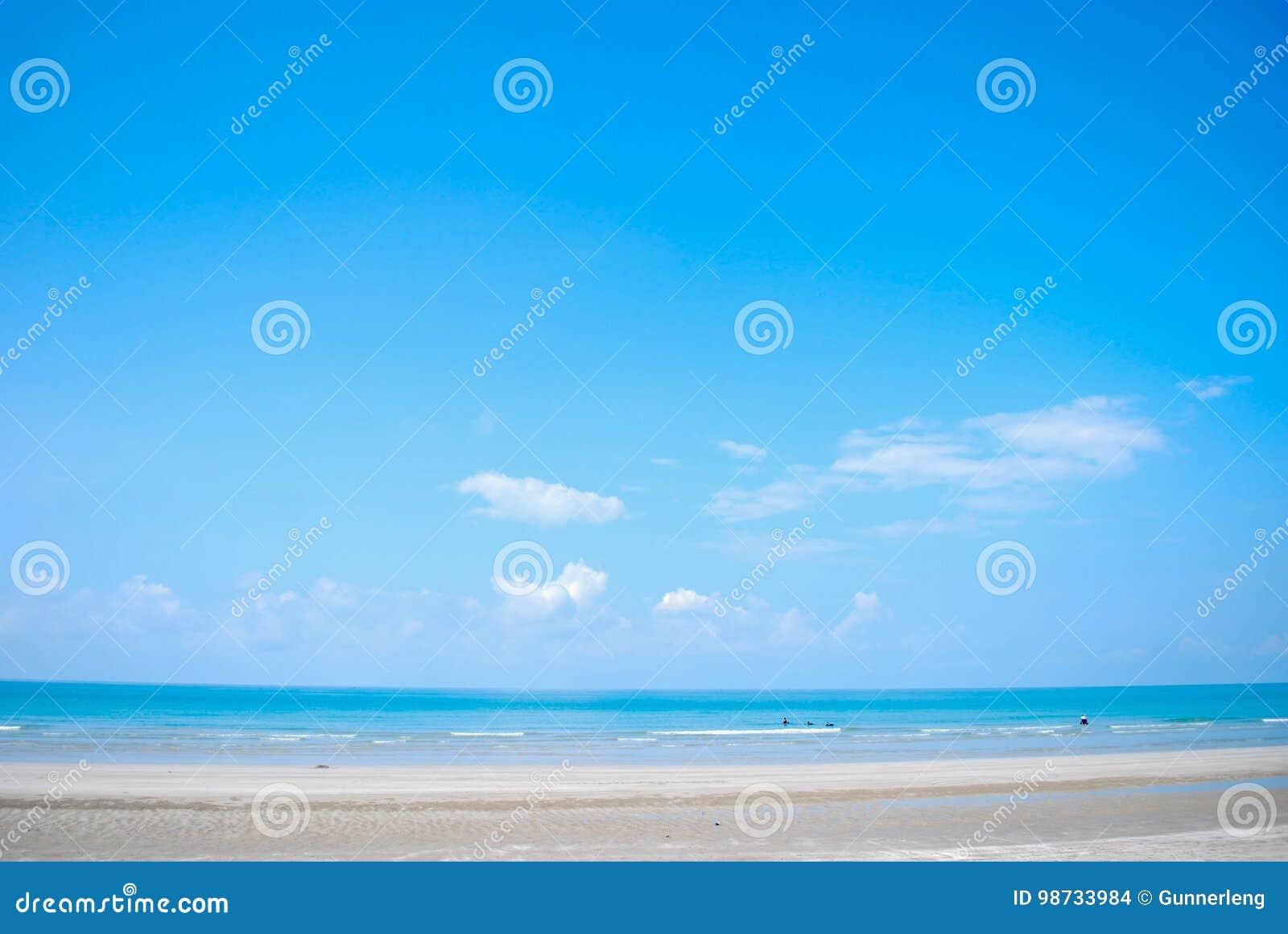 Bakgrund för strand och för blå himmel