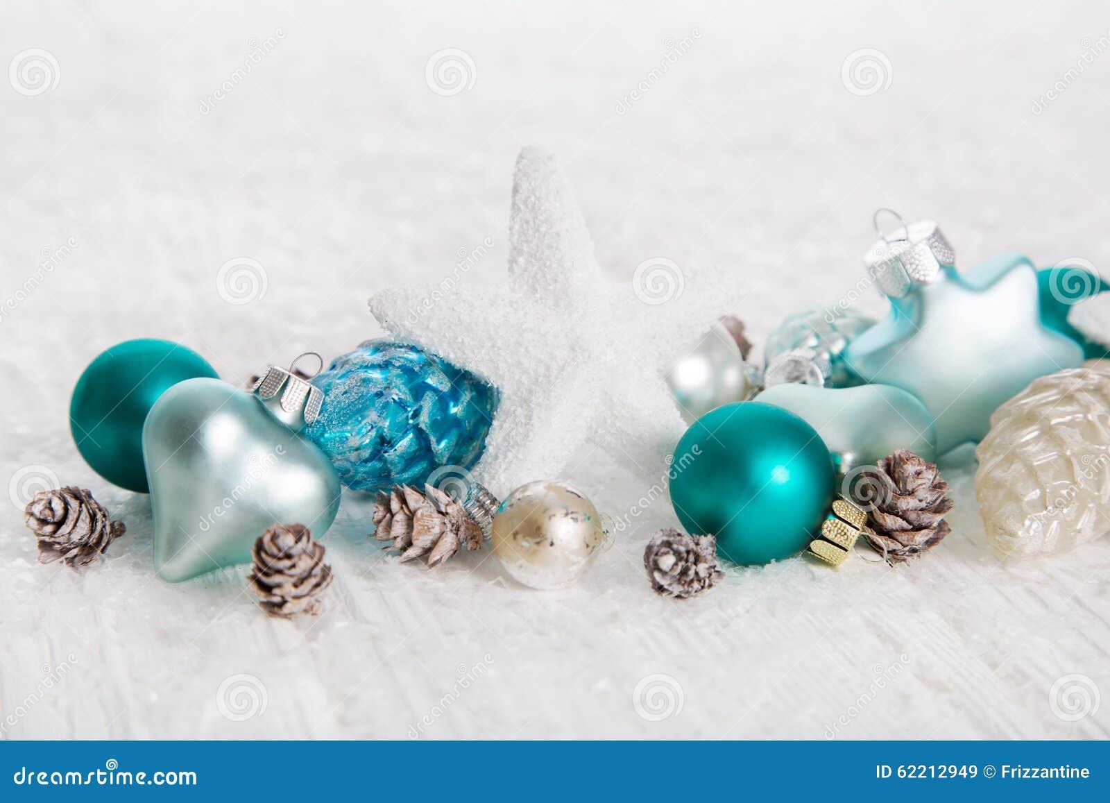 Bakgrund för vit jul med snö och bollar i turkos som är blå