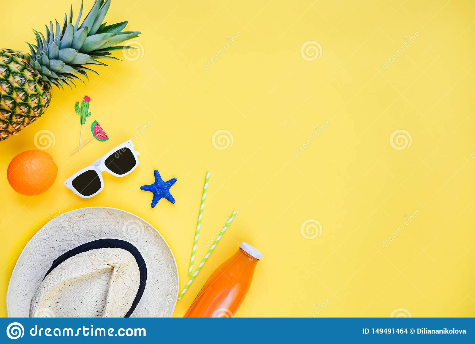 Bakgrund f?r sommarsemester Sugrörhatt, vit solglasögon, tropiska frukter, ny fruktsaft och coctailtillbehör över guling