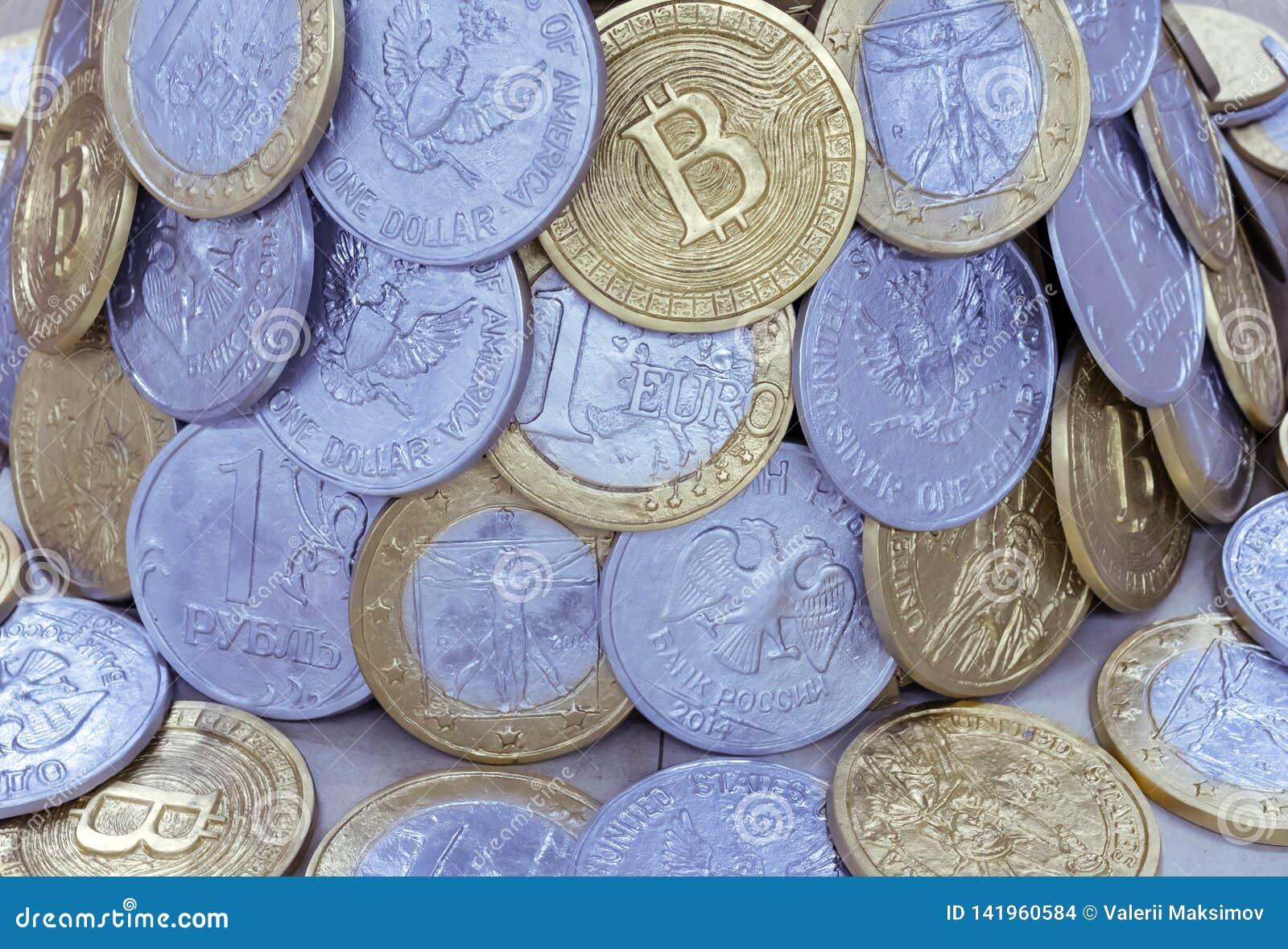 Bakgrund från mynt av olika länder och bitcoins