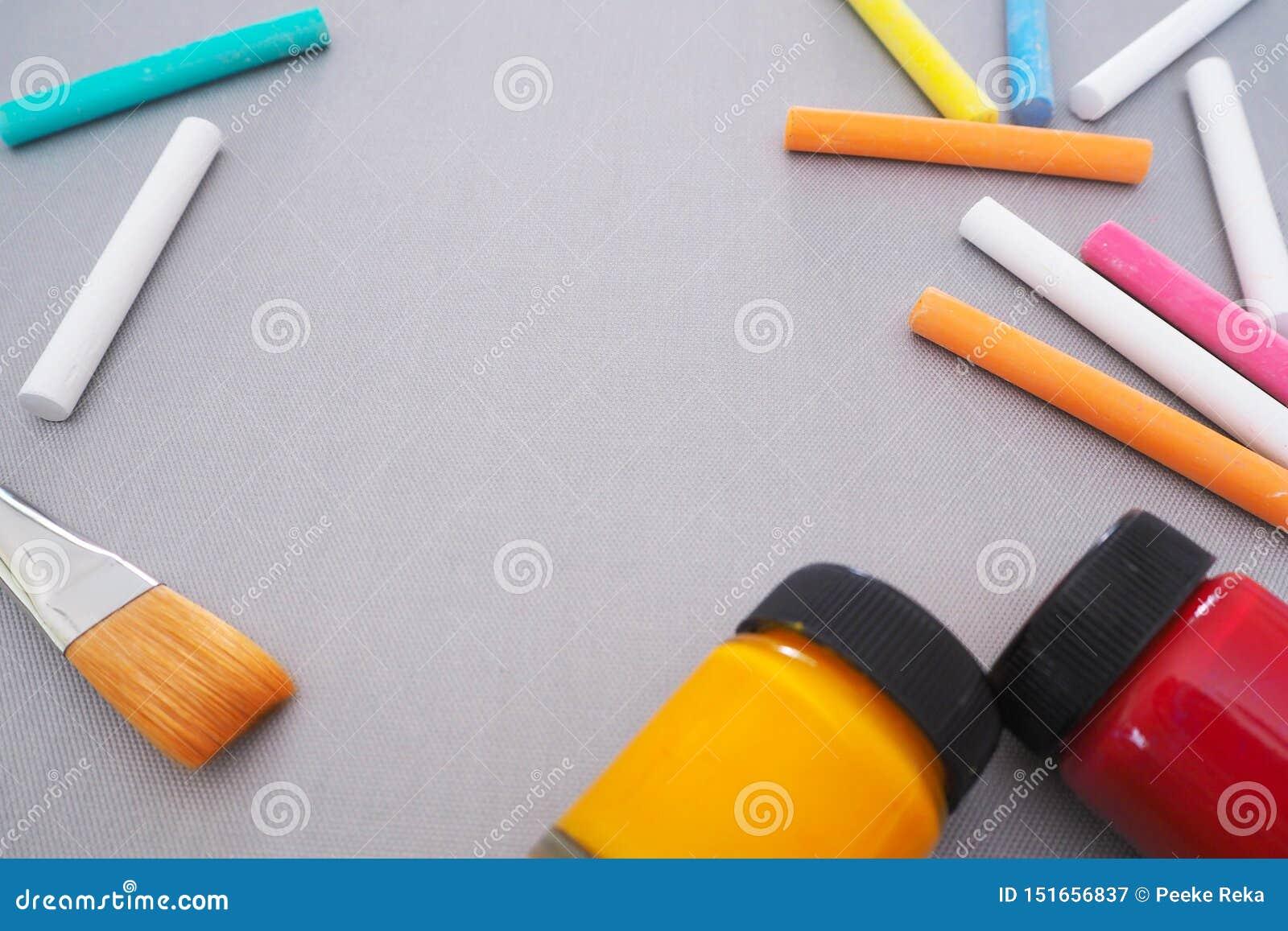 Bakgrund med utrymme för att dra konst med färgrik kritakonst