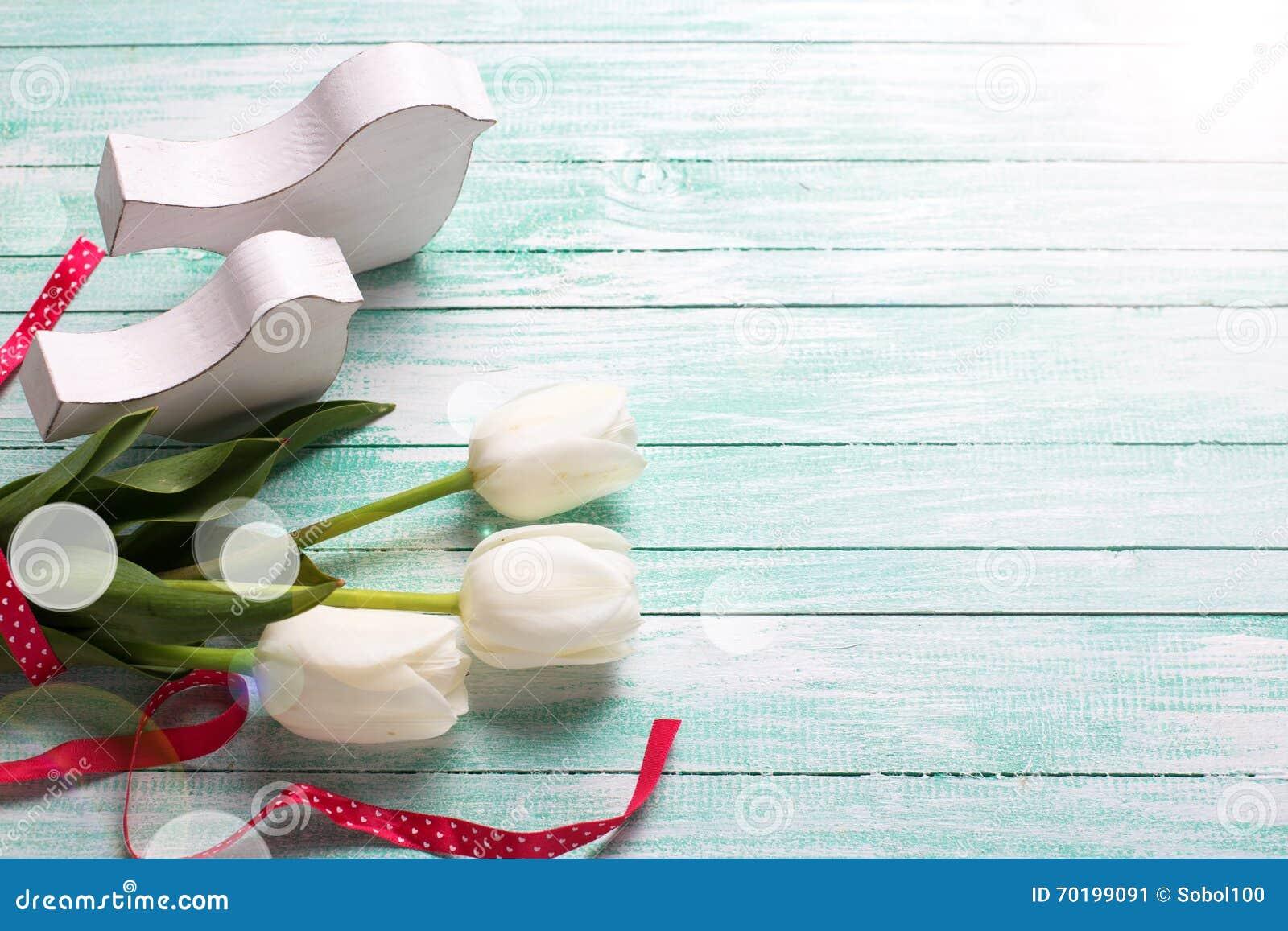 Bakgrund med vita tulpanblommor och dekorativa fåglar på tu
