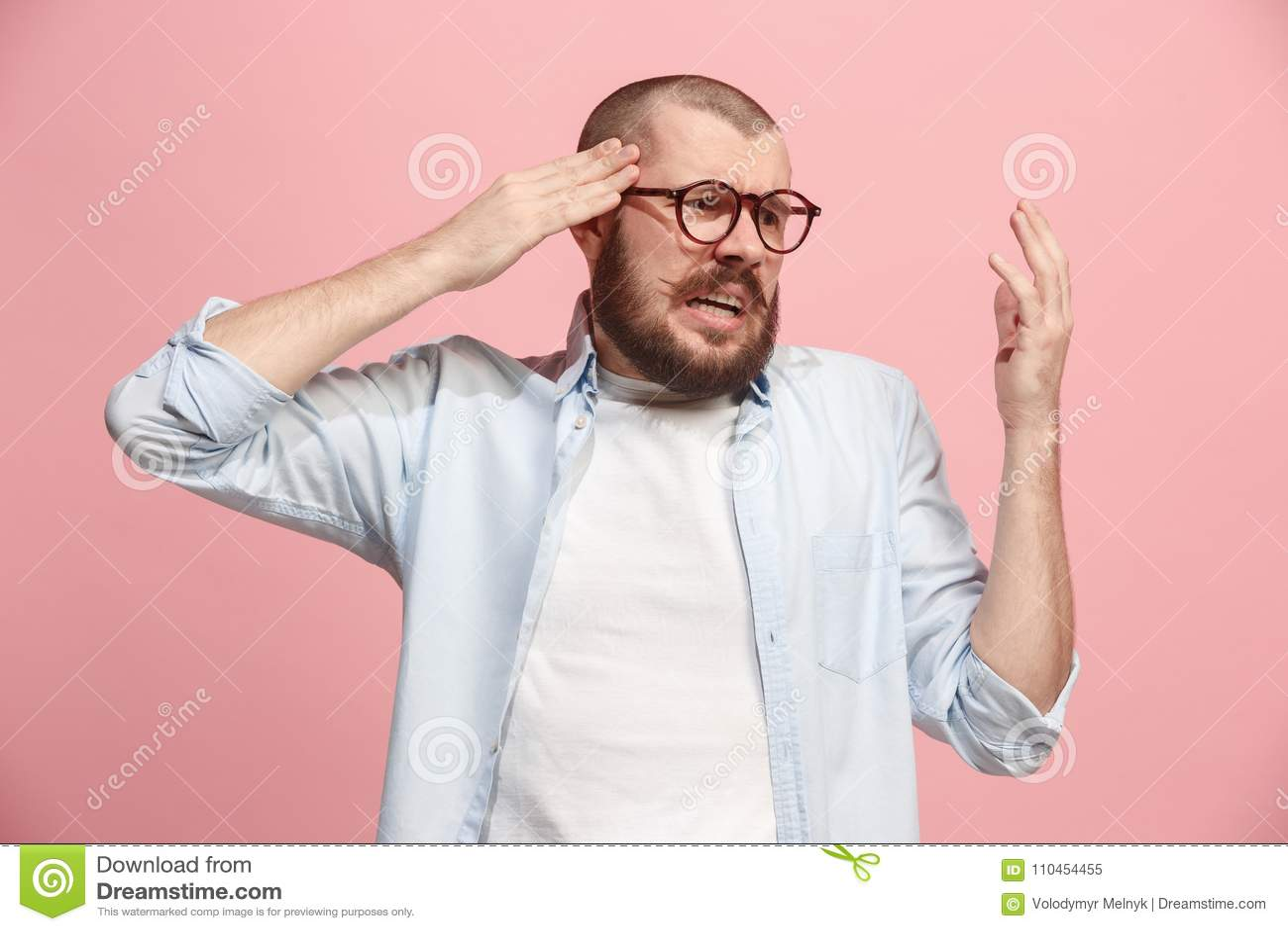 Bakgrund som har den huvudvärk isolerade mannen över white Över rosa bakgrund