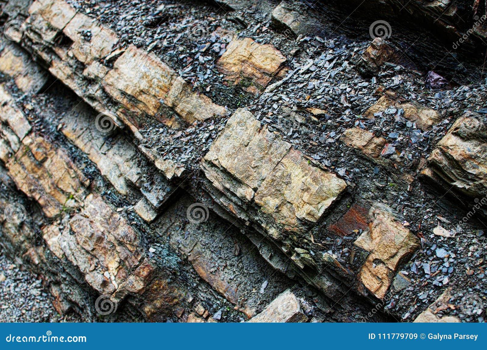Bakgrunden av stenberg i den öppna luften i Carpathen