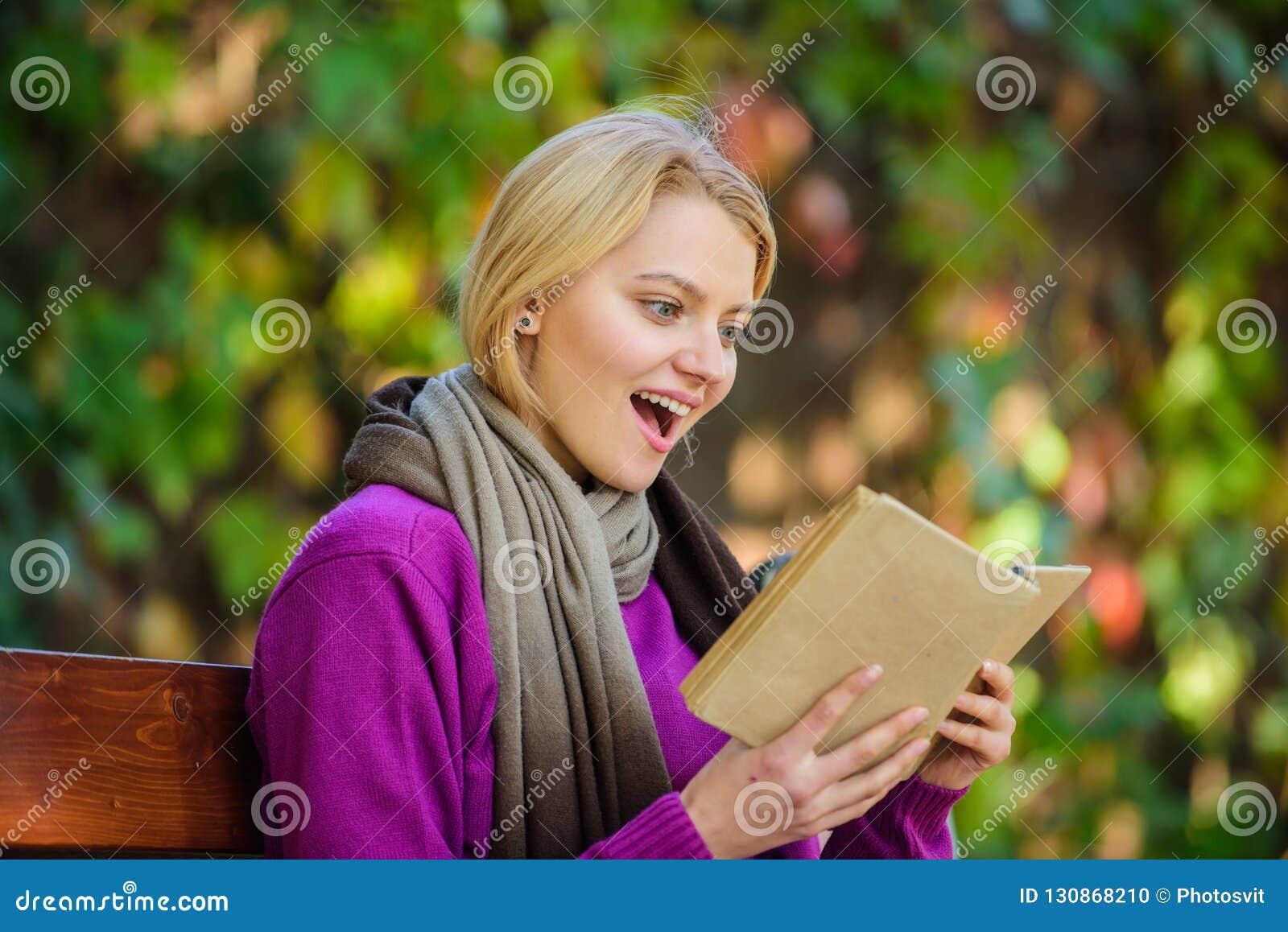 Bakgrundsboken skapade ps-avläsningskvinnan Lista för bok för lista för nedgånglitteraturöverkant för höstsäsong Intellektuell ho