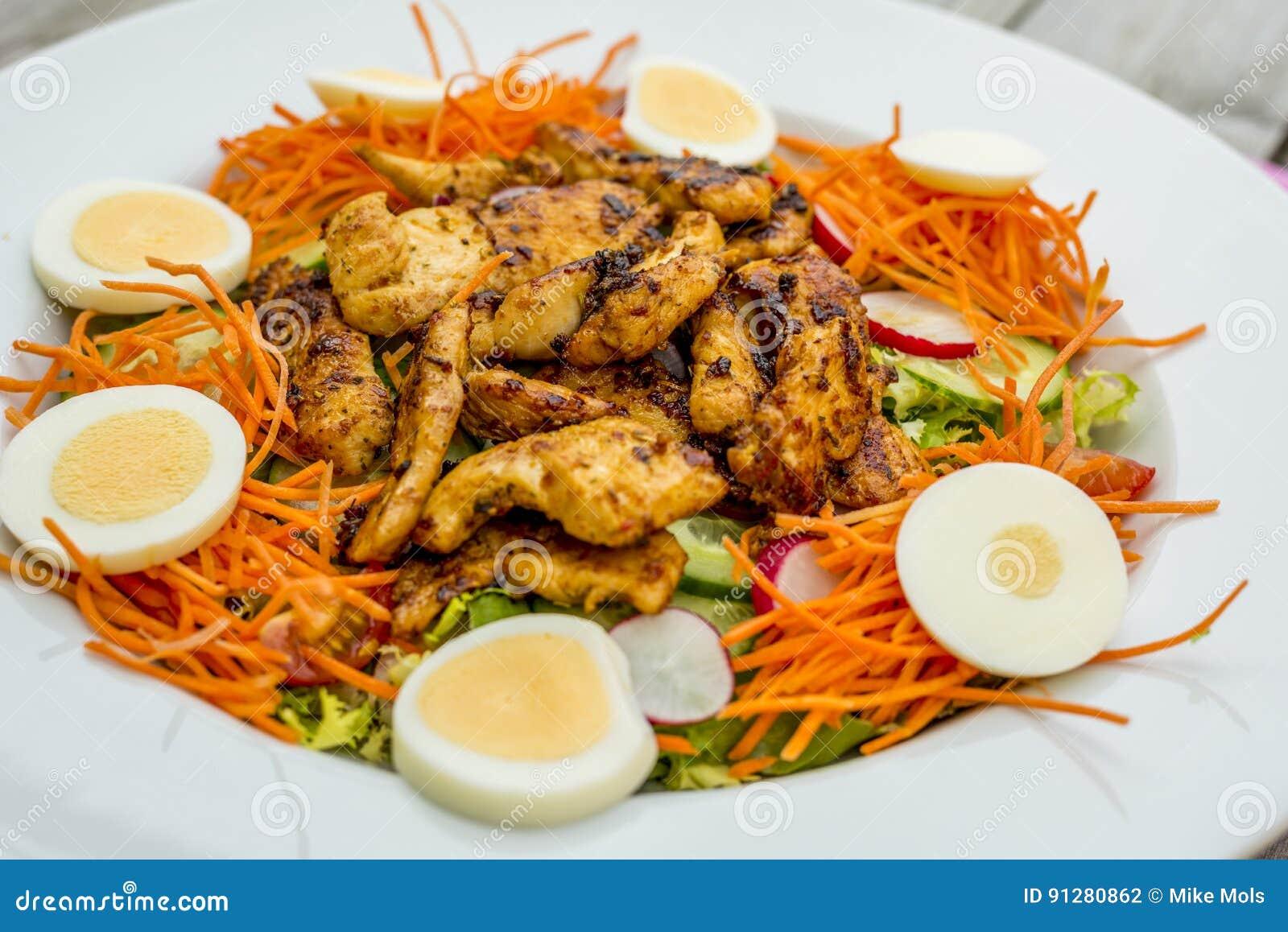 Bakgrundsbunkehöna isolerade white för sallad för rice för parsleypersikastycken
