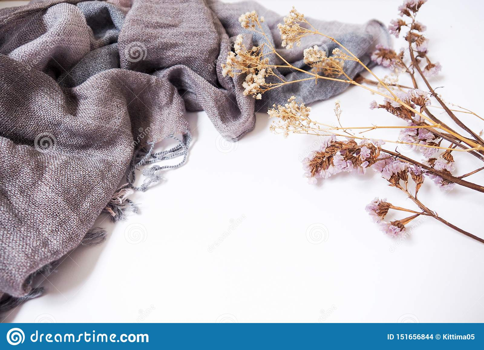 Bakgrundsmallar med tomt textutrymme på tyg och dekorativa torkade blommor