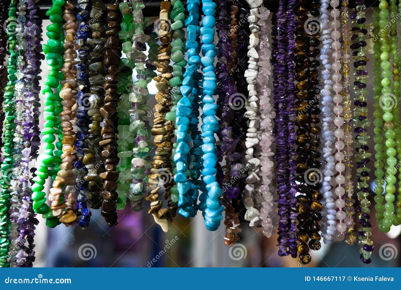 Bakgrundsmodellen av mång--färgat naturligt stenar pärlor p?rlor f?rgade m?ng- Modehantverk för kvinnor